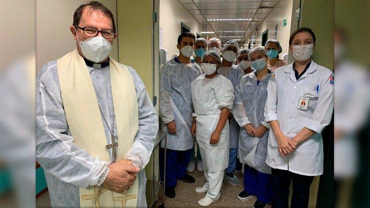 Dom Vital Corbellini, bispo da Diocese de Marabá com médicos e enfermeiros